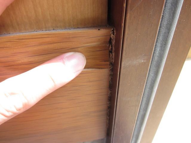 玄関木枠の被害2.jpg